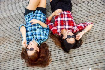 О чем можно поговорить с подругой: темы для общения в разных ситуациях