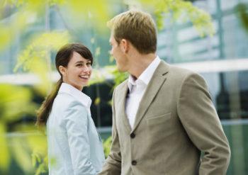 Чем девушке можно привлечь внимание парня при знакомстве?