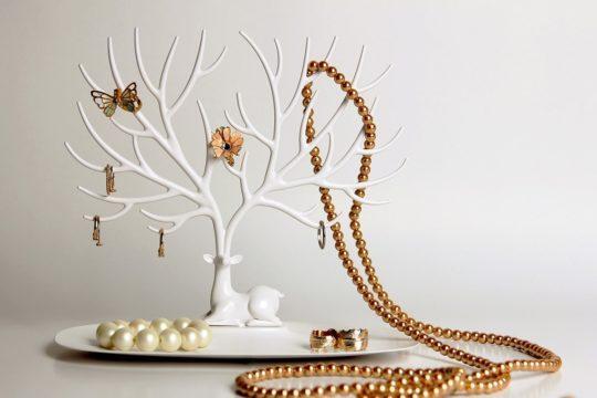 Подставка для украшений в виде оленя с ветвистыми рогами.