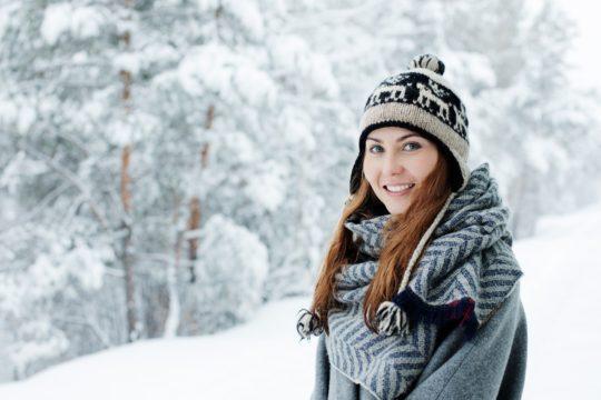 Девушка в теплом шарфе.