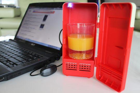 Стакан сока в USB-холодильнике